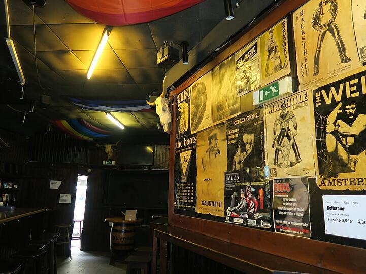 Die Plakate an den Wänden stammen von Gay-Lokalen aus aller Welt.